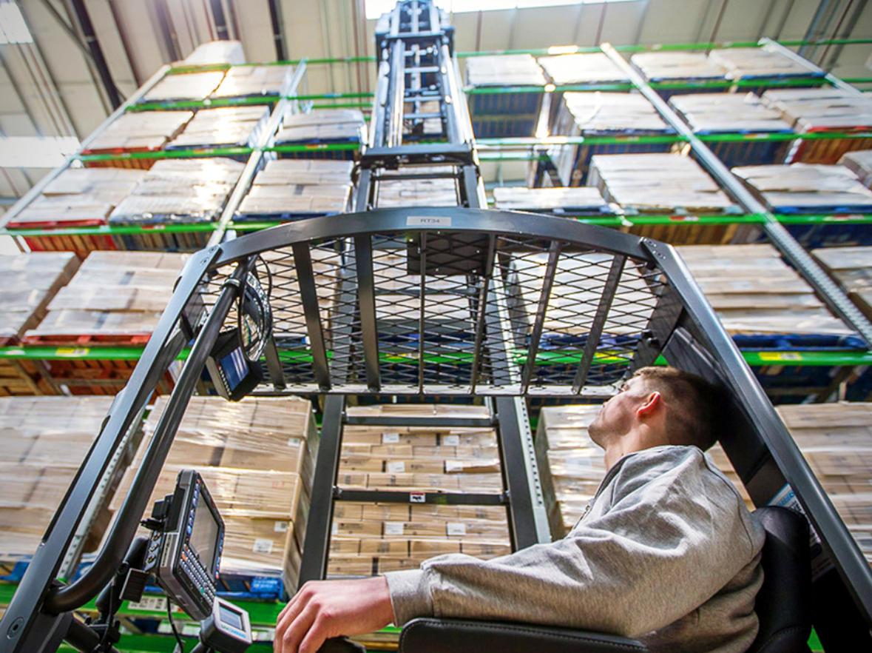 Carretillas elevadoras retráctiles en Murcia · Mejorar la productividad en el almacén